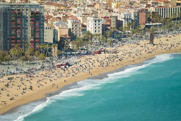 Widok z lotu ptaka barcelona, barceloneta plaża i morze śródziemnomorskie w letnim dniu przy barcelona, hiszpania.