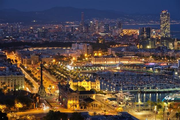 Widok z lotu ptaka barcelona miasto i port z jachtami