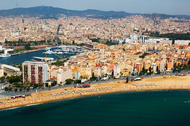 Widok z lotu ptaka barceloneta od morza śródziemnego. barcelona