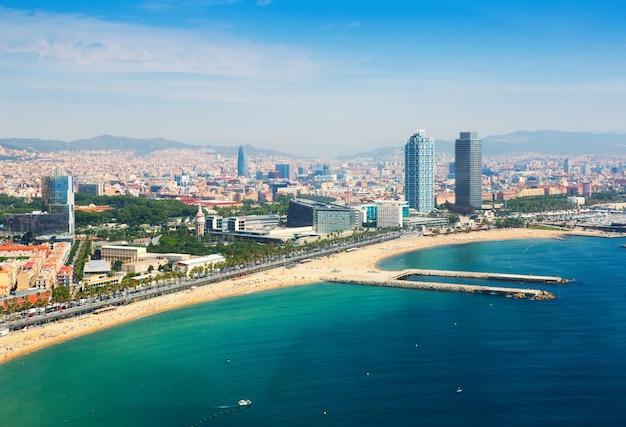 Widok z lotu ptaka barcelony od morza śródziemnego