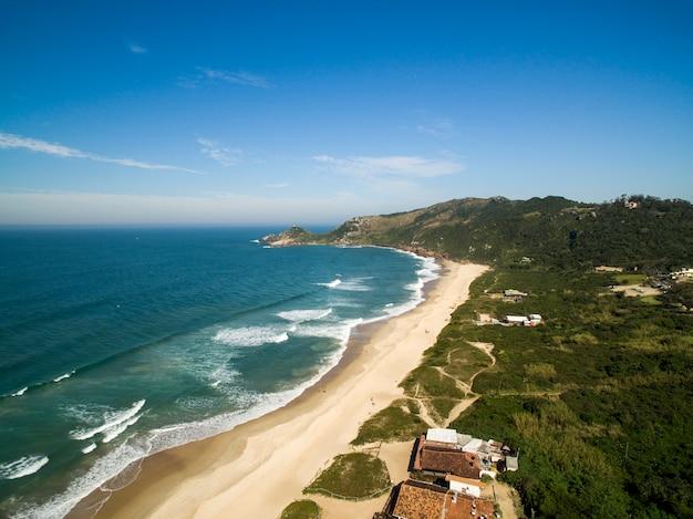 Widok z lotu ptaka beach mole (praia mole) w florianopolis, santa catarina, brazylia.