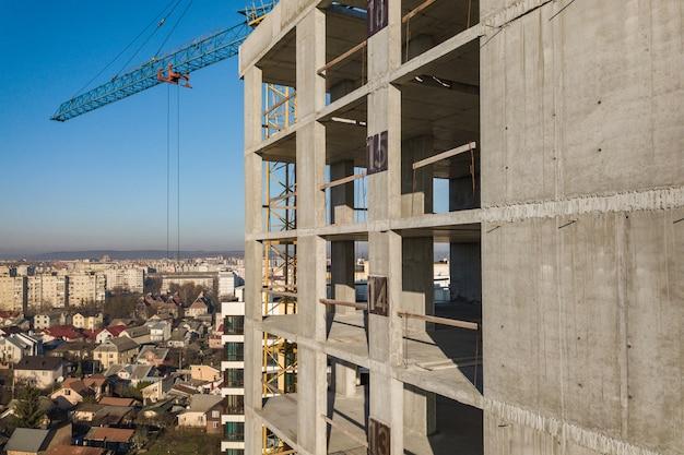 Widok z lotu ptaka betonowa rama wysoki budynek mieszkaniowy w budowie w mieście.