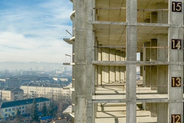 Widok z lotu ptaka betonowa rama wysoki budynek mieszkaniowy w budowie w mieście
