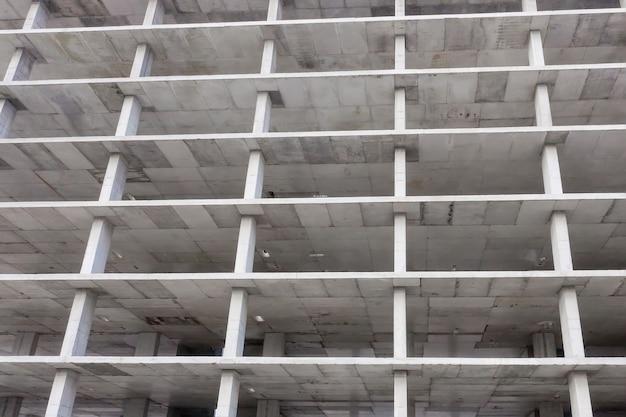 Widok z lotu ptaka betonowej ramie wysokiego budynku mieszkalnego w budowie w mieście.