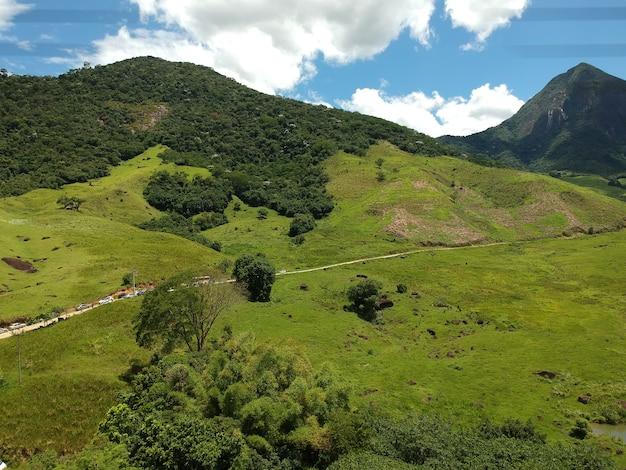 Widok z lotu ptaka bicuda grande, macaãƒâ©, rio de janeiro z górami i wzgórzami. zdjęcie z drona