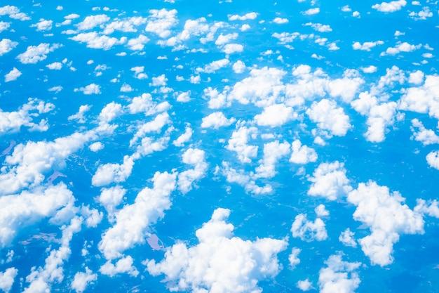 Widok z lotu ptaka bielu chmura i niebieskie niebo