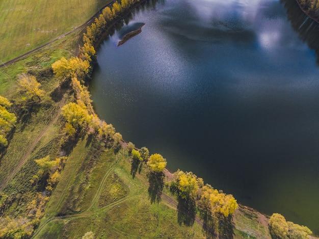 Widok z lotu ptaka błękitne jeziora i zielone lasy w słoneczny letni dzień.