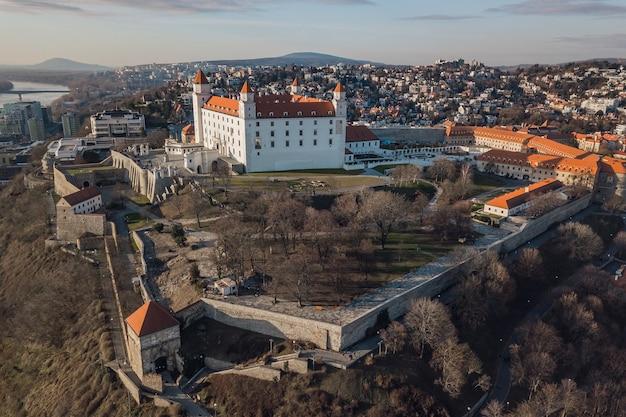 Widok z lotu ptaka bratislavsky hrad w bratysławie, słowacja
