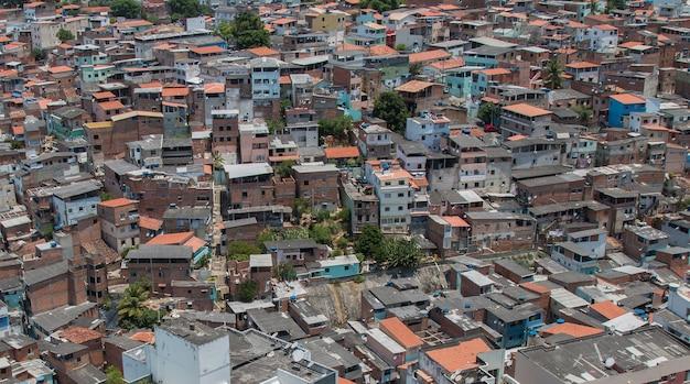 Widok z lotu ptaka brazylijskiej faweli. nierówności społeczne..