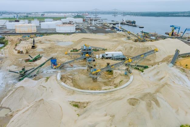 Widok z lotu ptaka budowy nowoczesnych zbiorników na olej w strefie magazynowej w terminalu naftowym