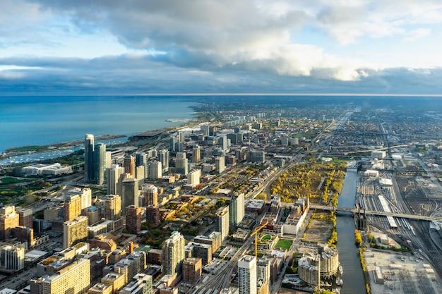 Widok z lotu ptaka budynków miasta w ciągu dnia
