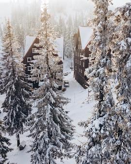 Widok z lotu ptaka budynku hotelu w ośrodku narciarskim kopia przestrzeń