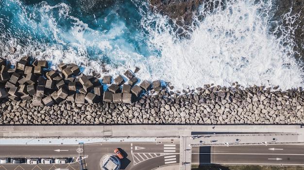 Widok z lotu ptaka cementowi sześcianów bloki ochrania brzeg od fala puerto de las nieves na wyspie kanaryjska gran canaria, hiszpania.