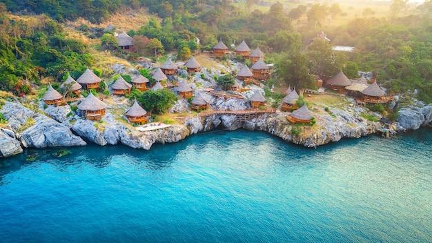Widok z lotu ptaka chaty na wyspie si chang, tajlandia.