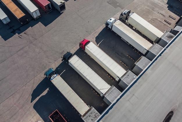 Widok z lotu ptaka ciężarówek rozładowujących się w centrum logistycznym