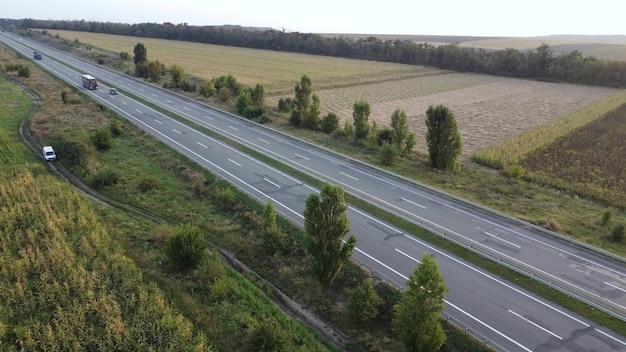 Widok z lotu ptaka ciężarówki i innego ruchu poruszającego się po autostradzie.