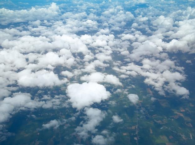 Widok z lotu ptaka cloudscape z niebieskim niebem, chmury od above