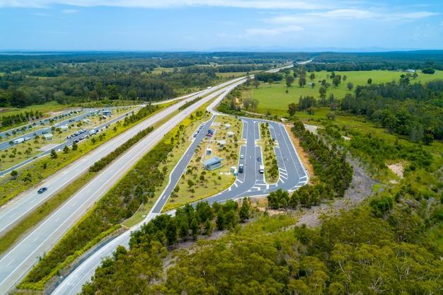 Widok z lotu ptaka clybucca spoczynkowy teren na pacyficznej autostradzie, australia