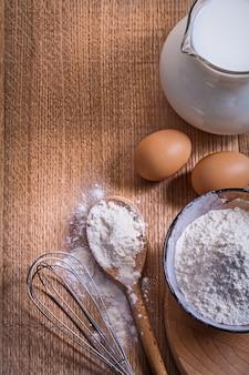 Widok z lotu ptaka copyspace skład dzban z mąki mlecznej w dziobie