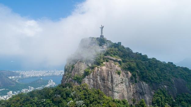 Widok z lotu ptaka cristo redentor, statua chrystusa odkupiciela nad miastem rio de janeiro, brazylia