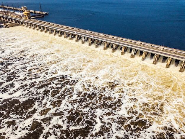 Widok z lotu ptaka damb elektrowni wodnej z wodą przechodzącą przez nią