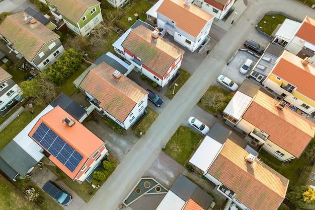 Widok z lotu ptaka domów mieszkalnych z czerwonymi dachami i ulic z zaparkowanymi samochodami na obszarach wiejskich. ciche przedmieścia nowoczesnego europejskiego miasta.