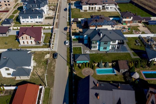 Widok z lotu ptaka domów na osiedlach mieszkaniowych na ukrainie, niektóre z budynkami na panelach dachowych