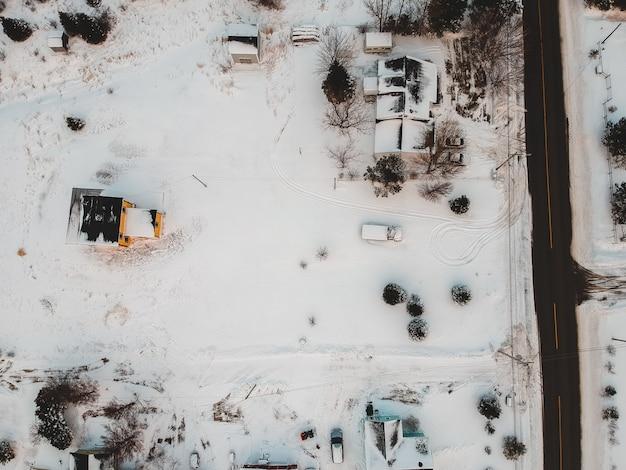 Widok z lotu ptaka domów w zimie