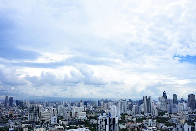 Widok z lotu ptaka dramatyczny / niebieskie niebo w bangkok