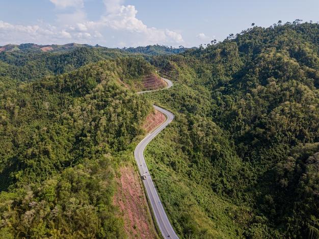 Widok z lotu ptaka droga w góry