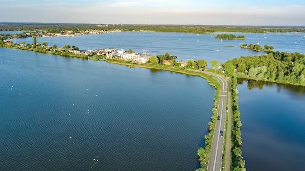 Widok z lotu ptaka drogi autostrady i ścieżki rowerowej na zaporze polderowej, holandia północna, holandia