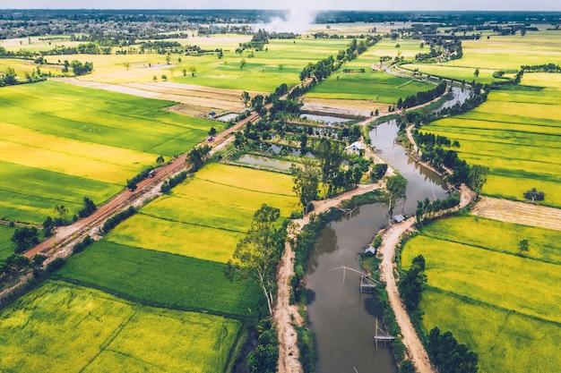 Widok z lotu ptaka drogi i przebiegła rzeka w polach