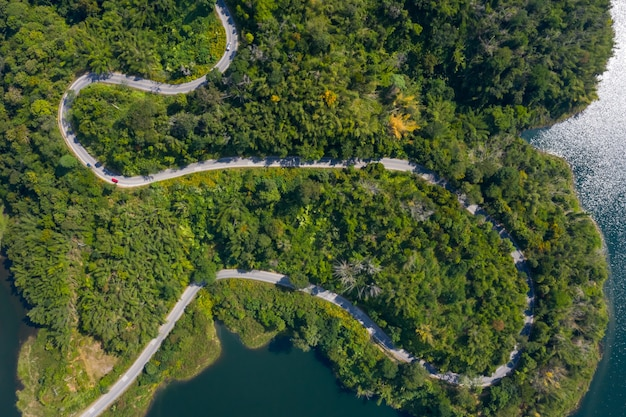 Widok z lotu ptaka drogi wzdłuż tamy mea suai łączącej miasto i zielony las w chiang rai w tajlandii