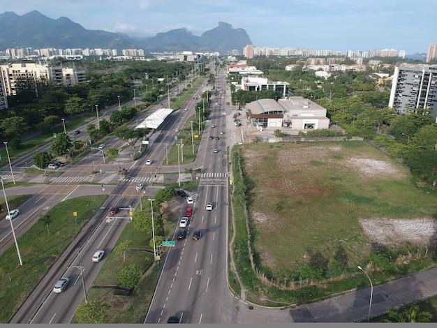 Widok z lotu ptaka drona avenida das américas w zachodniej części rio de janeiro. zdjęcie z drona w słoneczny dzień z małym ruchem samochodowym.