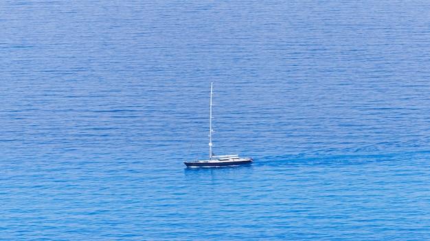 Widok z lotu ptaka drona pływającego jachtu w pobliżu wybrzeża zakynthos, grecja