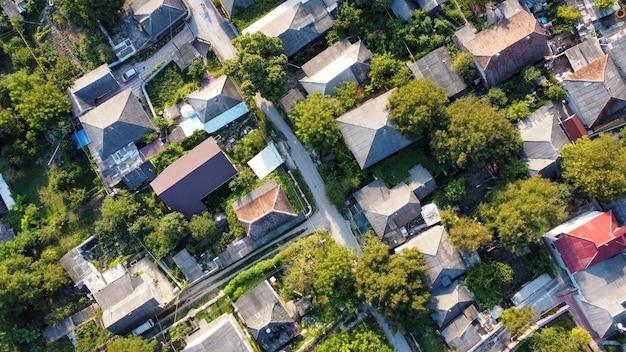 Widok z lotu ptaka drona wsi w mołdawii. stare budynki mieszkalne, zieleń, widok pionowy