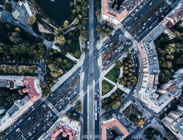 Widok z lotu ptaka drone miejskiego skrzyżowania ruchliwych dróg miasta