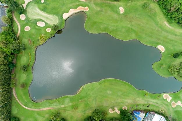 Widok z lotu ptaka drone z góry na dół strzał piękne zielone pole golfowe wysoki kąt widzenia w okresie letnim