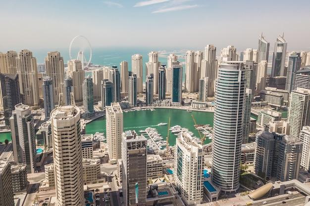 Widok z lotu ptaka dubai marina. to duża modna dzielnica dubaju