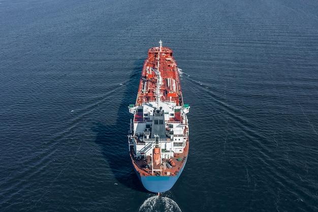 Widok z lotu ptaka dużego tankowca na morzu