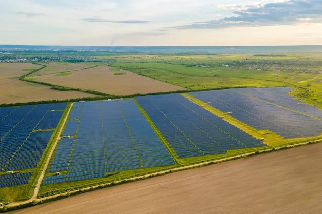 Widok z lotu ptaka dużej zrównoważonej elektrowni z wieloma rzędami paneli fotowoltaicznych do produkcji czystej ekologicznej energii elektrycznej. energia odnawialna z koncepcją zerowej emisji.