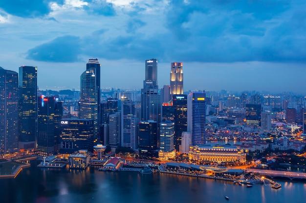 Widok z lotu ptaka dzielnicy biznesowej singapuru i miasta w nocy