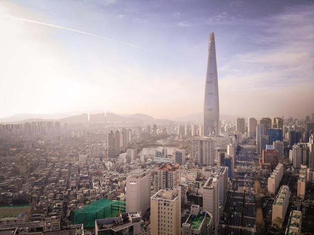 Widok z lotu ptaka dzielnicy i lotte tower w seulu