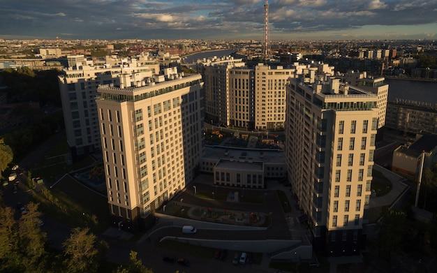Widok z lotu ptaka dzielnicy mieszkalnej o zachodzie słońca