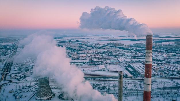 Widok z lotu ptaka elektrociepłowni w strefie przemysłowej.