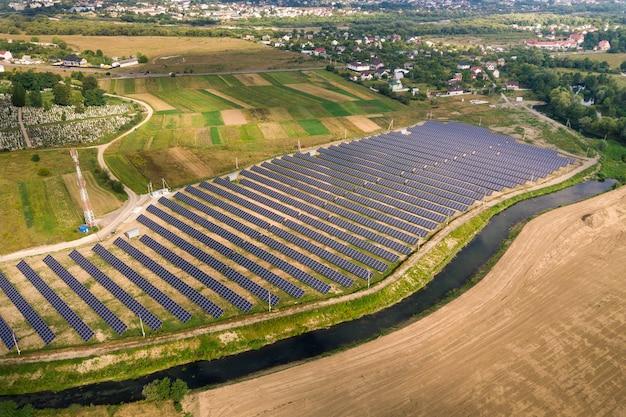 Widok z lotu ptaka elektrowni słonecznej. panele elektryczne do produkcji czystej energii ekologicznej.