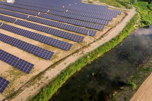 Widok z lotu ptaka elektrowni słonecznej.