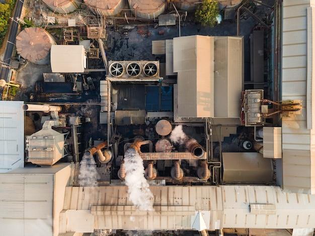 Widok z lotu ptaka fabryki przetwórstwa etanolu przemysłowego lub biopaliwa z dymem z komina, zbiorników magazynowych i magazynu