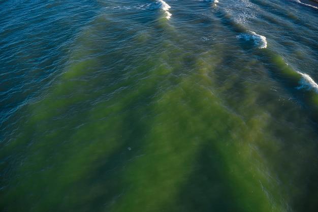Widok z lotu ptaka fale na piaszczystej plaży. fale morskie na pięknej plaży widok z lotu ptaka drone 4k strzał.