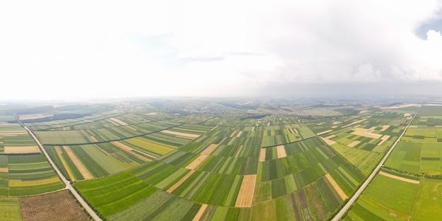 Widok z lotu ptaka figur geometrycznych na polach rolnych z różnymi uprawami lot drona nad agro ...